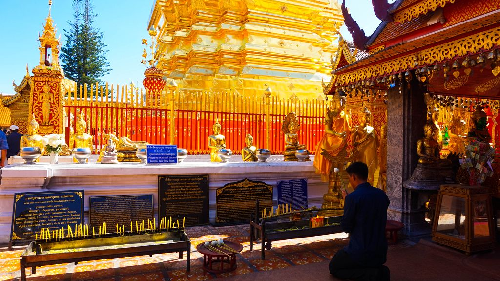 Betender Buddhist im Wat Phra That Doi Suthep
