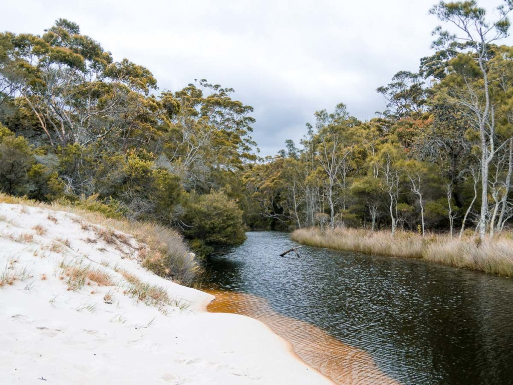 Fluss am Strand Chinamans Beach im Jervis Bay Nationalpark